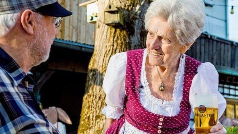 """Servieren ja, trinken nein: Bier mag Kathi nicht. Nur ganz selten mal """"ein Viertel Roten"""". Foto: Roth"""