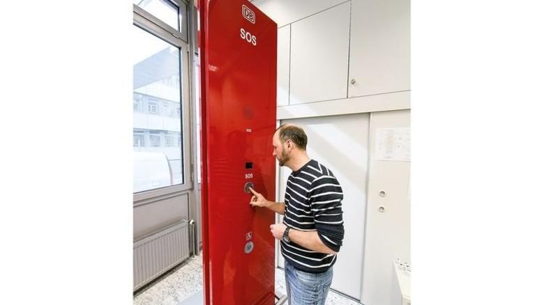 Notrufsäulen: Sie gehören zum Sicherheitskonzept der Bahn. Diese hier steht aber im Labor von Telent, zu Testzwecken. Foto: Mierendorf