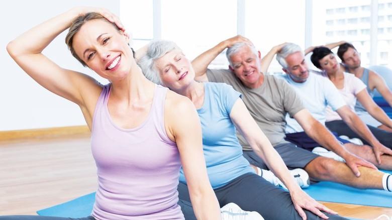 Für jung und alt: Beim Yoga ist für alle Generationen etwas dabei. Foto: Adobe Stocke