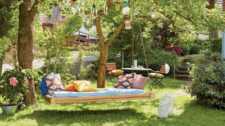 Schön schaukeln: So sieht das fertige Hängebett im Garten aus.