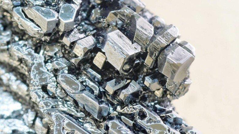 Interessant: Jod bildet metallisch-glänzende, schuppenförmige Kristalle.