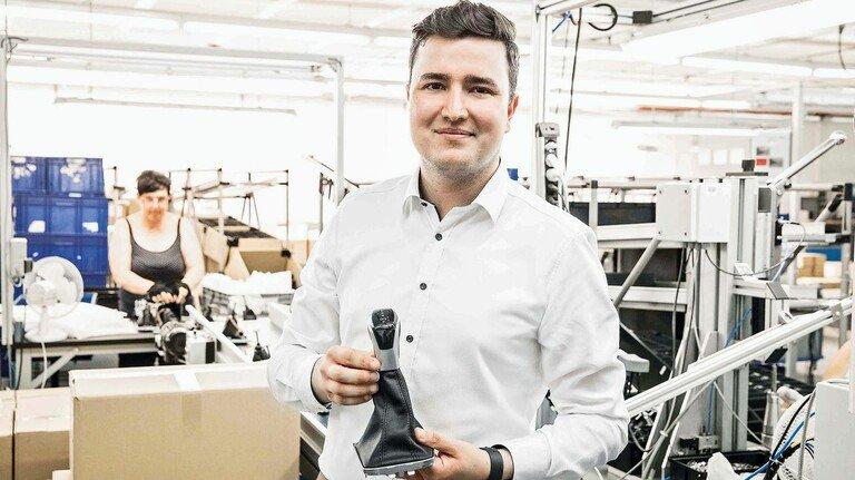 Stolz aufs Produkt: Maximilian Steffien mit einem Schaltknauf aus Nohra.