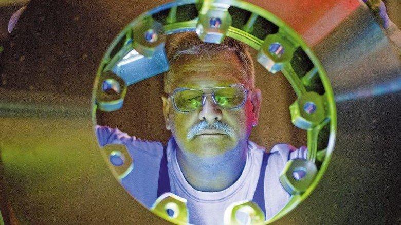 Kontroll-Check: Peter Prieß bei der UV-Rissprüfung. Foto: Moll
