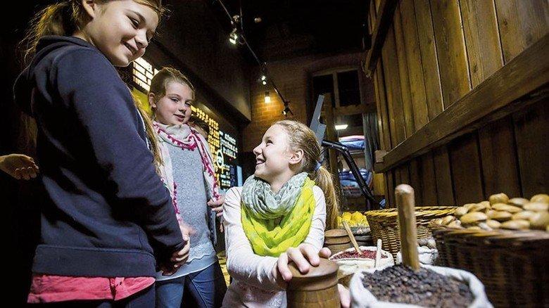 Lehrreich: Schülerinnen im Europäischen Hansemuseum, dem größten Museum dieser Art weltwelt. Foto: Malzahn