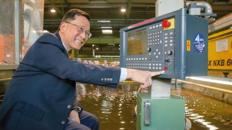 Am Drücker: Genting-Chef Tan Sri Lim Kok Thay startet die Produktion der neuen Jacht. Foto: MV Werften