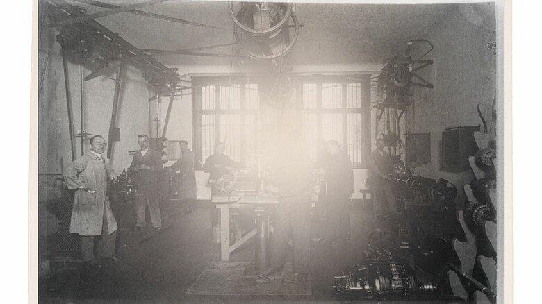Die Anfänge: In den ersten Jahren nach der Gründung befassten sich die Mitarbeiter vorrangig mit Reparaturaufträgen. Der Bau von selbst entwickelten Sondermaschinen kam erst ab Ende der 20er Jahre dazu.