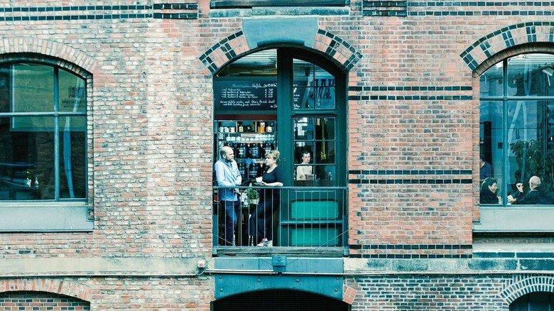 Genießen in historischem Ambiente: Auf dem Balkon der Speicherstadt Kaffeerösterei. Foto:  Speicherstadt Kaffeerösterei