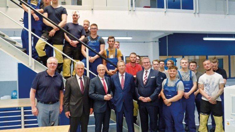 Eröffnung: Bürgermeister Peter Tschentscher (Dritter von links) und Wirtschaftssenator Frank Horch (Zweiter von links) mit der Werftleitung und Azubis. Foto: Werk