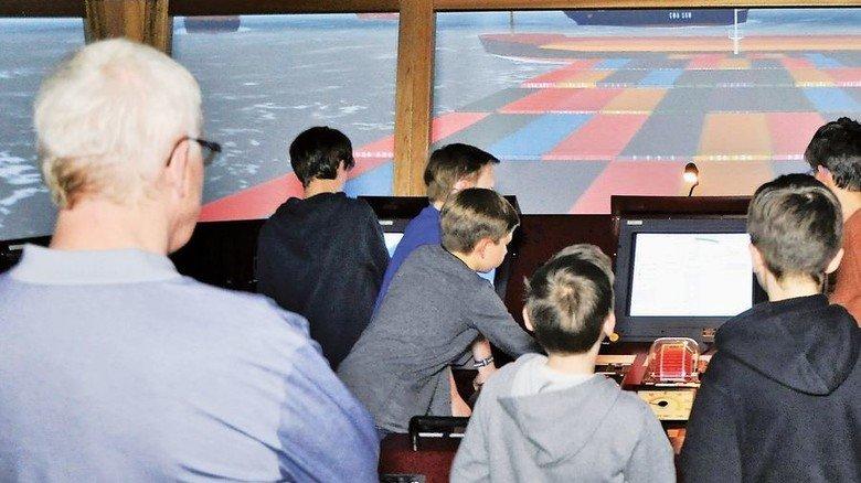Volle Fahrt voraus: Auf der originalgetreuen Brücke eines Containerschiffs in Buxtehude. Foto: Koschare GmbH