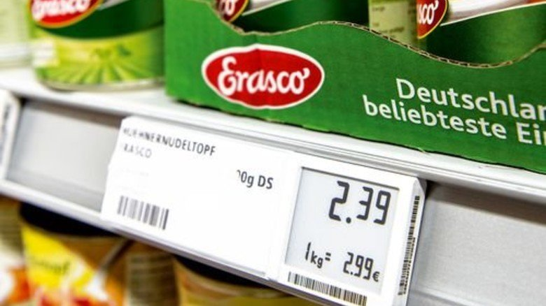Das Preisschild kann Infos ans Smartphone funken. Foto: Straßmeier