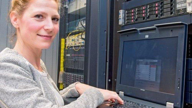 Im Büro: Jasmin Kaufmann sichert gerade Daten für die EDV. Foto: Straßmeier