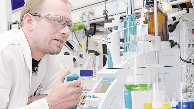 Im Labor: Stefan Sieber, Assistent der Laborleitung, bei der Restsäure-Analyse. Foto: Sandro