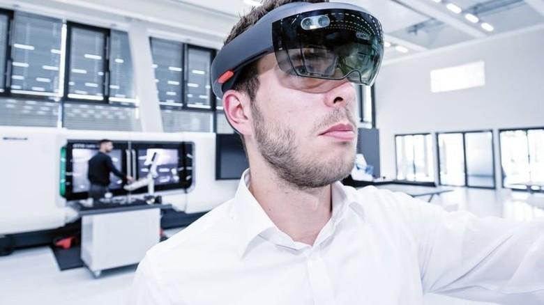 Liveübertragung: Peter Sautter mit einer Datenbrille, die schon im Einsatz ist. Foto: Mierendorf