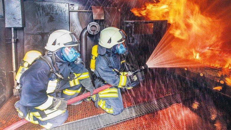 Riskanter Einsatz: Beim Löschen sind Feuerwehrmänner oft Chemikalien aus dem Löschwasser ausgesetzt.