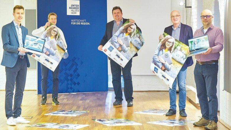 Unternehmer und Uni sind ehrenamtlich engagiert: Felix Hahne (Uni Hildesheim), Matthias Mehler (Unternehmer Hildesheim), Frank Wuttke (Compra GmbH), Stefan Hinz (HCT) zusammen mit dem Praktikanten Dominik Schmid.