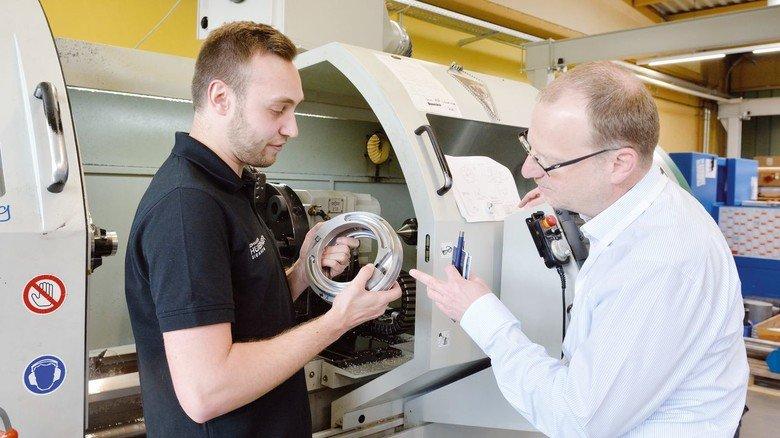 Fachsimpeln: Produktionsmitarbeiter Stefan Luft und Oliver Rüspeler, kaufmännischer Geschäftsführer bei Johannes Hübner in Gießen, begutachten einen Magnetgeber.