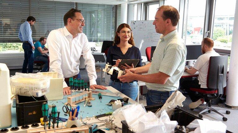 Stark im Team: Holger Frank (links), Chef von Mechatronic in Darmstadt, im Gespräch mit Mitarbeitern der Entwicklungsabteilung.