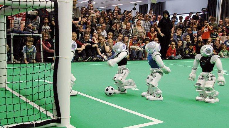 Unhaltbar: Das Bremer Roboterteam auf dem Weg zum Tor. Foto: Uni Bremen/Tsogias