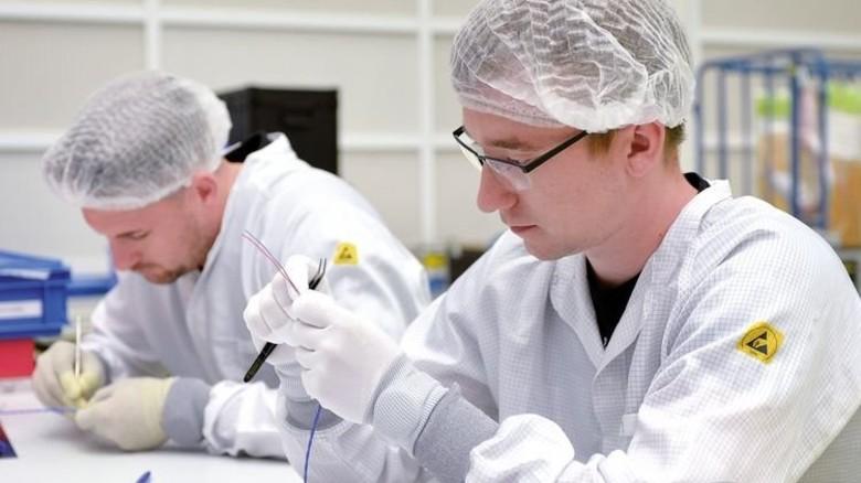 Arbeitsvorbereitung: Elektroniker Jens Schindler (vorne) präpariert gemeinsam mit seinem Kollegen Gordan Pirke Kabel für Steckverbindungen. Foto: Bahlo