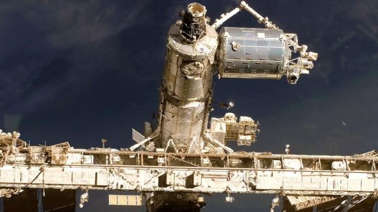 Angedockt: Das Weltraumlabor Columbus – leicht zu erkennen am ESA-Aufdruck.Foto: NASA