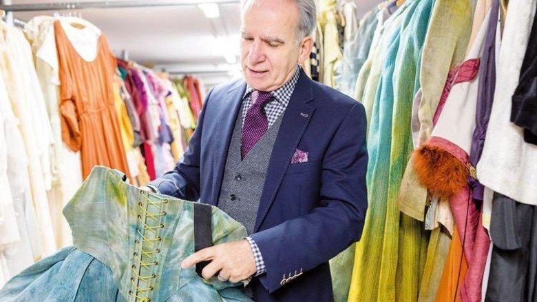 Chef der Theaterschneiderei: Manfred Scholz liebt die Vielseitigkeit an seinem Arbeitsplatz. Foto: Werk