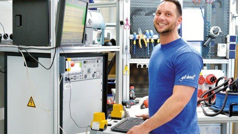 Gut drauf: Benjamin Keil, Teamleiter Produktion, bei der Hochleistungsprüfung einer Kabeltrommel. Foto: Scheffler