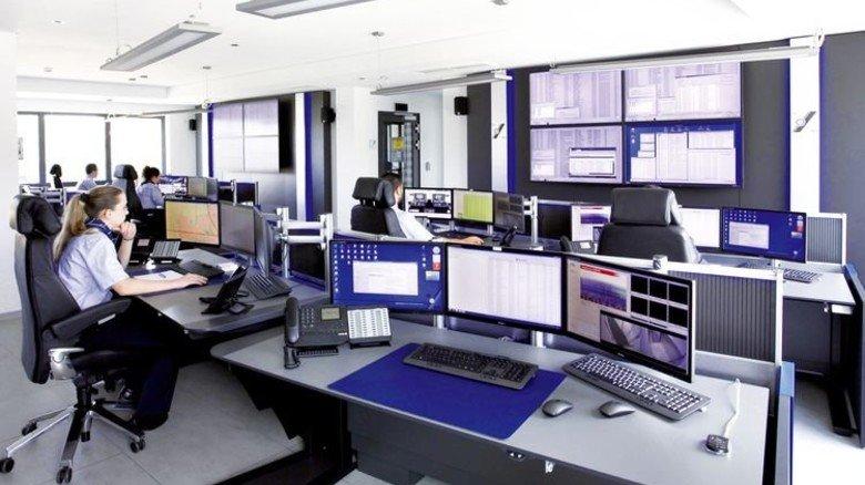 In der Alarmempfangsstelle: Über die Monitore überwachen die Mitarbeiter etwa 10.000 Objekte. Foto: Behrens
