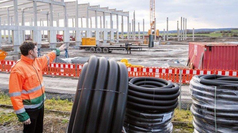 Viel Platz für Produktion und Logistik: Peter Schmitt erklärt das Bauprojekt. Foto: Karmann