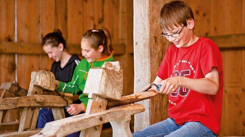 Keltisches Handwerk: Kinder fertigen auf der Heuneburg Holznägel.