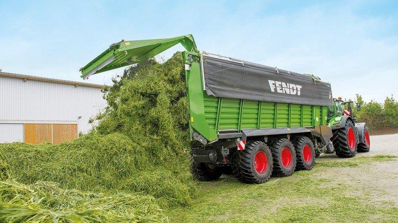 """Frisch gemäht: Auch der Ladewagen """"Tigo XR"""" für Heu denkt mit – und gibt dem Traktor die Geschwindigkeit beim Laden automatisch vor."""