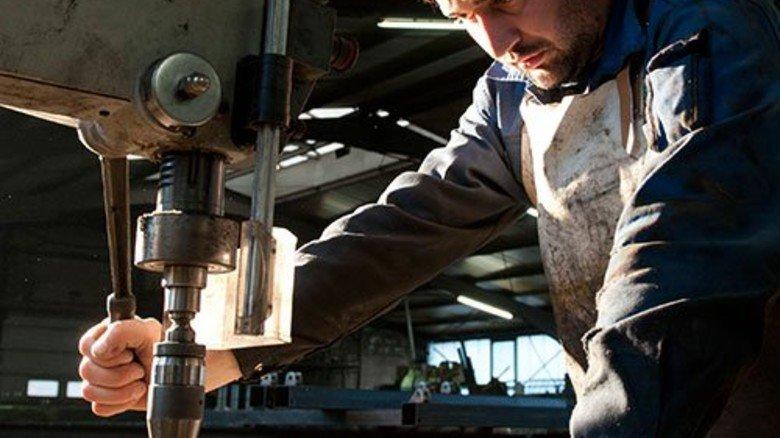Dusan Radenovic: Er gehört zu den acht Mitarbeitern in der Werkstatt. Foto: Moll