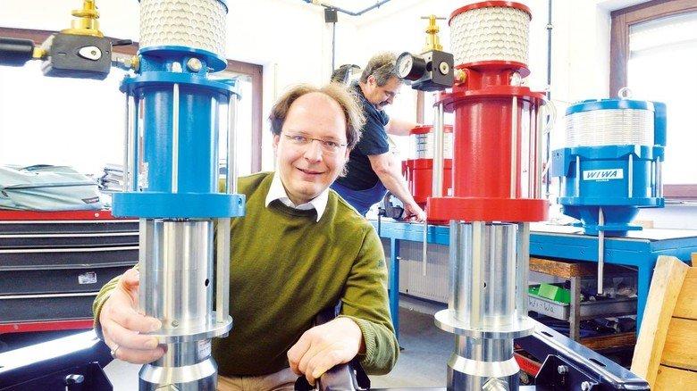 Lösungsorientiert: Peter Turczak, Chef des Familienunternehmens Wiwa in Lahnau, an einer Zwei-Komponentenanlage,die etwa beim Auftragen von Dämmmaterial auf Außenwänden eingesetzt wird.