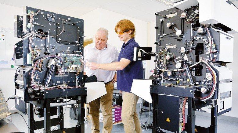 Ausgetüfteltes Innenleben: Geschäftsführer Peter Schnautz (links) und Entwicklungsingenieur Lukas Palczynski am neuesten Scanner von InoTec in Wölfersheim.
