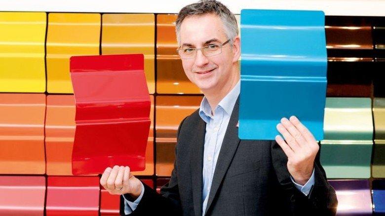 Präsentiert die Farbpalette: Sven Radek, Leiter der Verfahrenstechnik. Foto: Wirtz