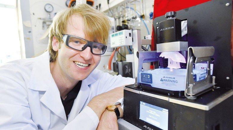 Jungunternehmer: Frederik Kotz führt sein Verfahren am 3-D-Drucker vor.