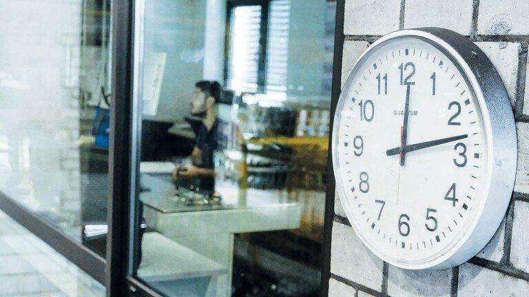 Die Uhr läuft: Maximal zehn Stunden am Tag darf ein Beschäftigter arbeiten.