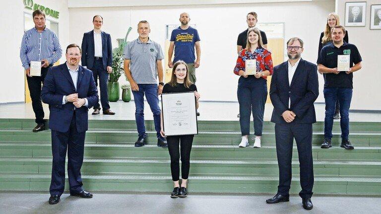 """Team mit Auszeichnung: Ausbilder, Personalmitarbeiter und Firmenchef Bernard Krone (Zweiter von links) präsentieren das Zertifikat """"Best Place To Learn""""."""