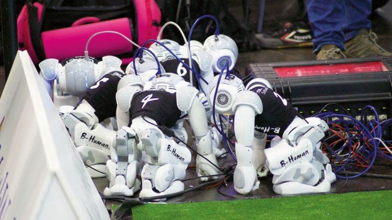 "Vor dem Anpfiff: Die Roboter des Teams ""B-Human"". Foto: Jan-Henrik Kasper"
