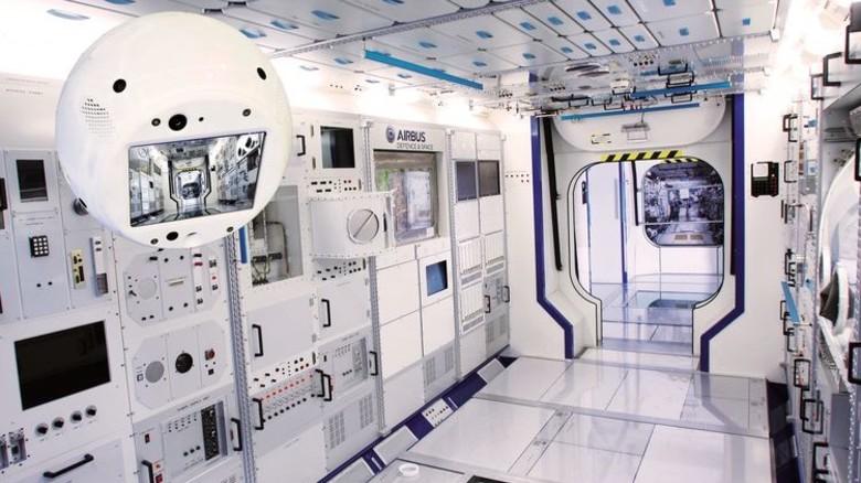 Frei schwebend: Cimon im Columbus-Raumlabor, das ein Bestandteil der ISS ist. Foto: Airbus