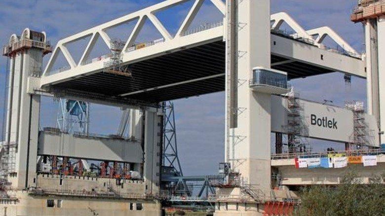 In nur 90 Sekunden: Die Brücke hebt sich um mehr als 30 Meter. Foto: Werk
