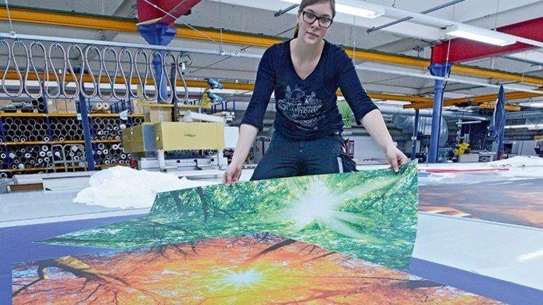 Akkurates Arbeiten: Anna Baumann schneidet großformatige Textilien zu. Foto: Sturm