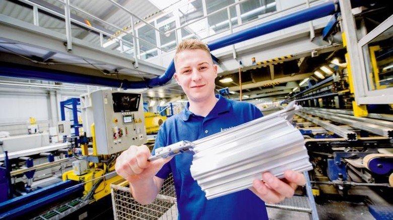 Geht jetzt in der Metall-Branche seinen Weg: Azubi Markus Wolf vermisst ein Alu-Profil. Foto: Straßmeier