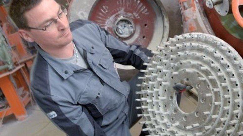 Produktion bei KSL: Thomas Riedel mit einer Scheibe, die alles gleichmäßig zu Staub mahlt. Foto: Puchner