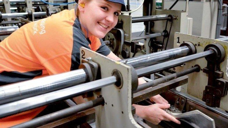 """""""Hier sind die Arbeitswege kürzer als im alten Werk. Wenn alle Klebemaschinen da sind, würde ich gerne mehr Verantwortung übernehmen."""" Lissa-Marie Kwol, Packmitteltechnologin aus Heusenstamm. Foto: Scheffler"""