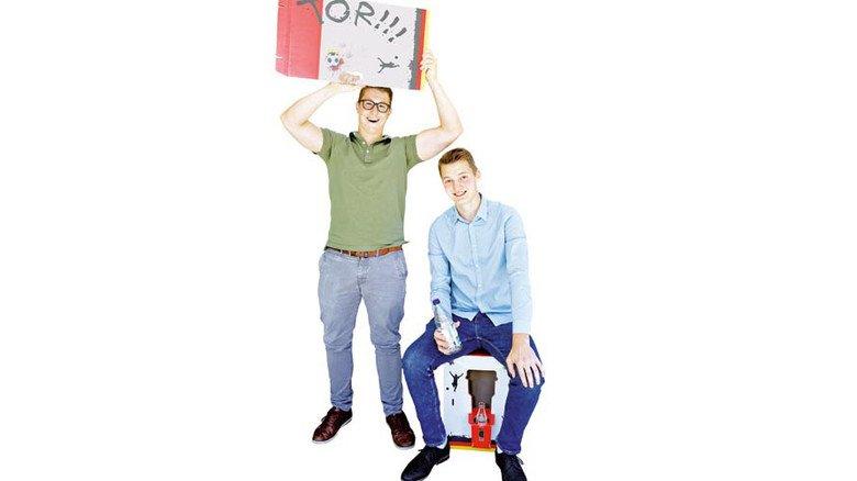 Stolze Sieger: Paul Franke (links) und Noah Webering mit dem ausgezeichneten Fan-Hocker ihres jungen Teams. Foto: HPV / Mika