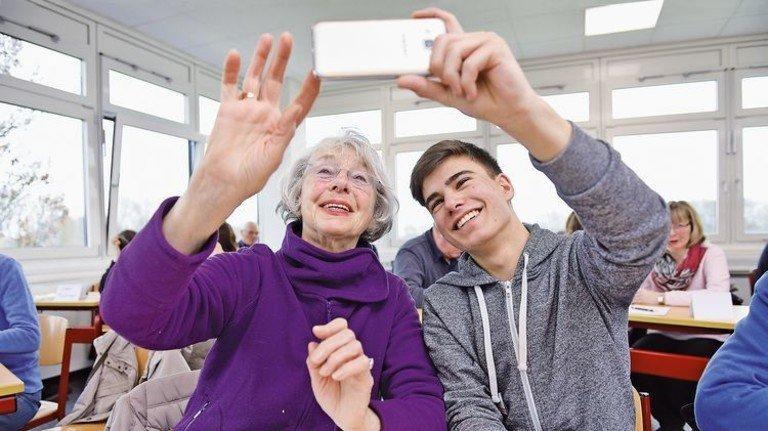 So geht das: Die Senioren lernen in dem Kurs auch, wie man Selfies macht. Foto: Augustin