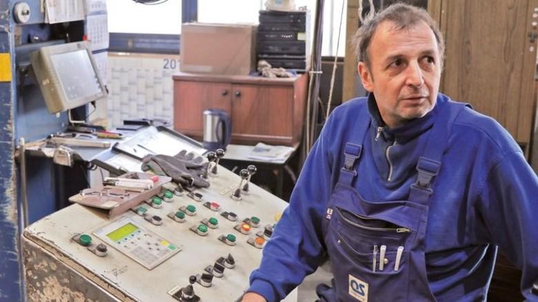Alter Hase: Umformer Detlef Bahls kommt aus dem Schiffbau und arbeitet seit 1999 bei Ostseestaal. Foto: Ostseestaal