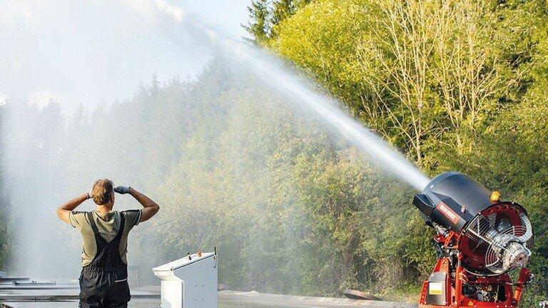 """Kraftvoll: Mit der neuen Minimax-Löschturbine """"MXOne"""" lassen sich Brände auch aus großer Entfernung bekämpfen."""