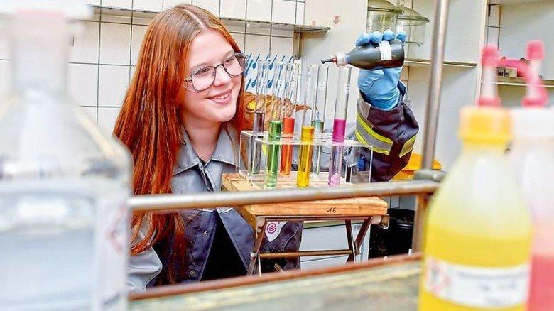 Im Ausbildungslabor: Laura Bretzer durchläuft bei Evonik die Grundausbildung Chemie. Foto: Sandro