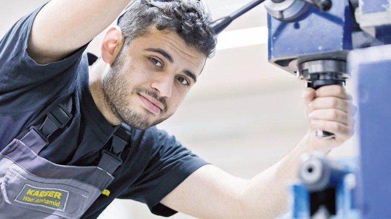 Geschickt: Der Flüchtling Wael Almhamid in der Lehrwerkstatt von Kaeser. Foto: Werk